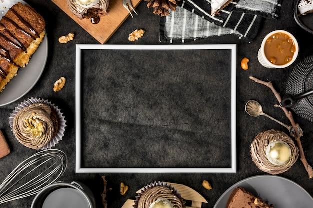 Draufsicht des rahmens mit kuchen und cupcakes
