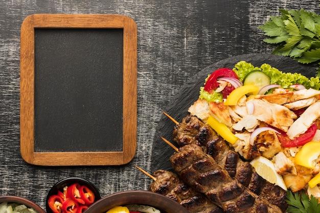 Draufsicht des rahmens mit leckerem kebab und kräutern