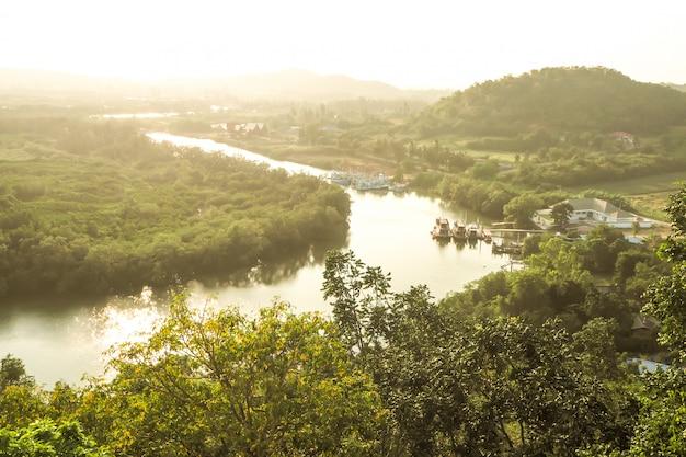 Draufsicht des regenwald- und stadtflussmeers und -berges in thailand