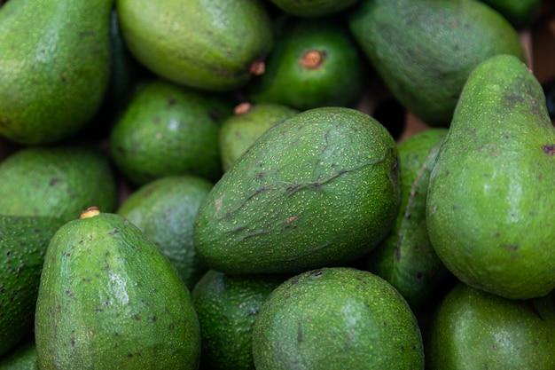Draufsicht des reifen köstlichen avocadohintergrundes. eine samenbeere, reich an gesunden fetten