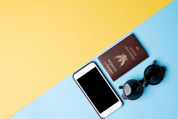 Draufsicht des reisekonzeptes mit dem zubehör lokalisiert über farbhintergrund
