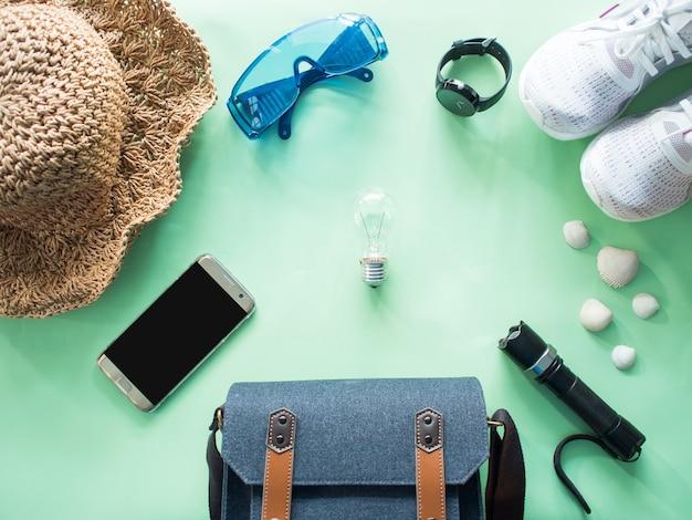 Draufsicht des reisezubehörs stellte auf grünen pastellhintergrund mit kopienraum ein
