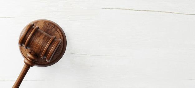 Draufsicht des richterhammers auf hölzernem hintergrund. recht und gerechtigkeit, legalitätskonzept. 3d-darstellung