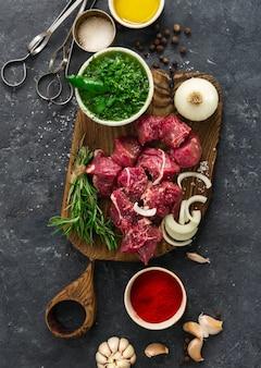 Draufsicht des rohen fleisches und des gemüses