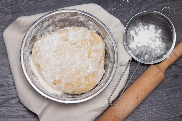 Draufsicht des rohen teigs für pizza in der metallplatte