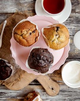 Draufsicht des rosa tortenständers mit drei muffins