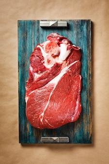 Draufsicht des roten fleisches des rindfleisches mit schwarzem pfeffer