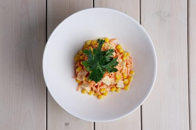 Draufsicht des salats mit mais, würziger karotte, huhn und käse