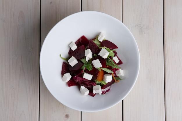 Draufsicht des salats mit rote-bete-wurzeln, rettich, pfeffer und feta
