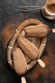 Draufsicht des schokoladeneises mit kakaopulver