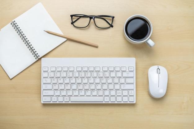 Draufsicht des schreibtischarbeitsplatzes