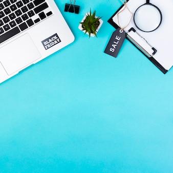 Draufsicht des schreibtisches mit schwarzem freitag-verkaufstag