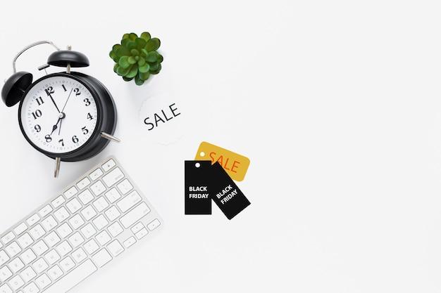 Draufsicht des schreibtisches mit schwarzen freitag-tags