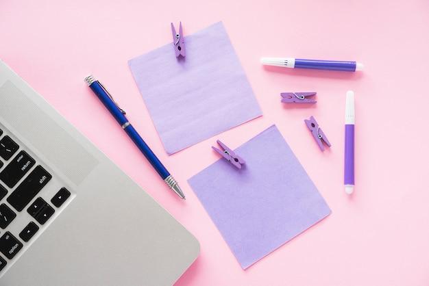 Draufsicht des schreibtisches mit stockanmerkungen