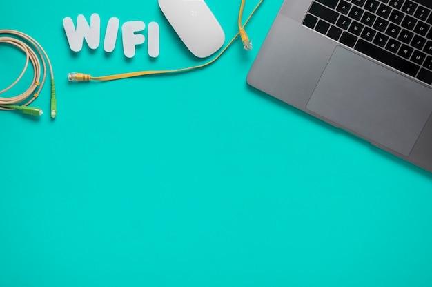 Draufsicht des schreibtisches mit wifi formuliert