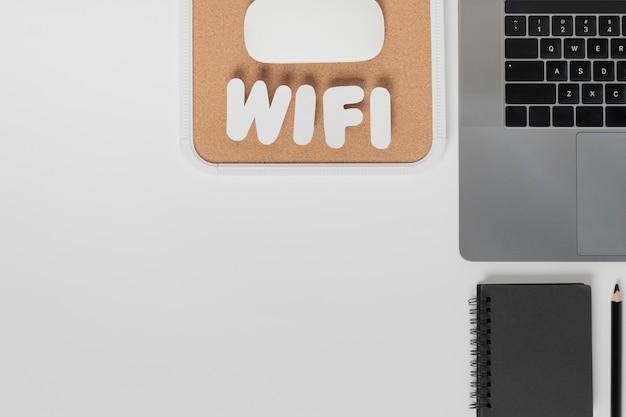 Draufsicht des schreibtisches mit wifi text