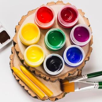 Draufsicht des schreibtischkonzepts mit farbe