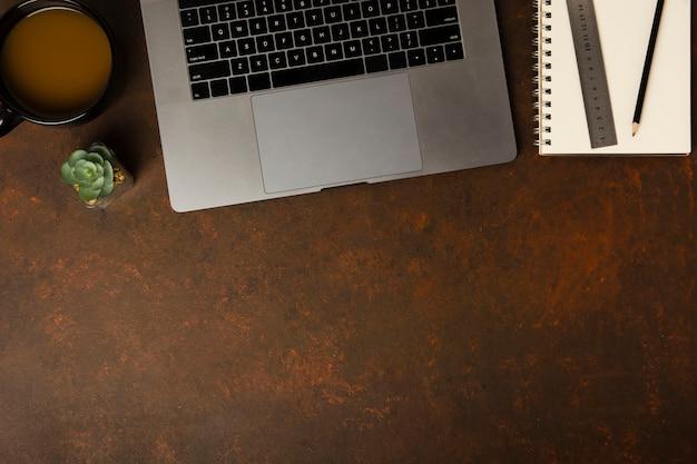 Draufsicht des schreibtischkonzepts mit kopierraum