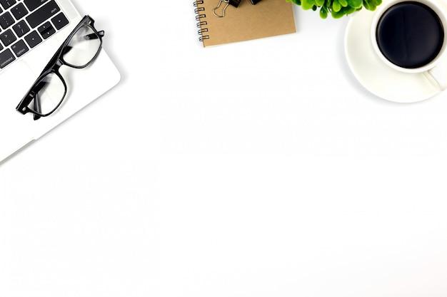 Draufsicht des schreibtischs mit arbeitsplatz im büro mit leerem notizbuch und anderem büroartikel