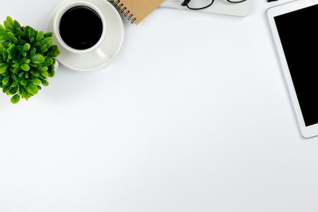Draufsicht des schreibtischs mit arbeitsplatz im büro mit leerer notizbuch tablette und smartphone