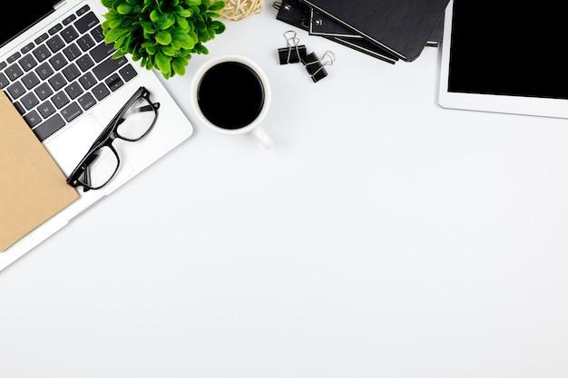 Draufsicht des schreibtischs mit arbeitsplatz im büro mit leerer notizbuchtablette und smartphone mit anderem büroartikel, mit kopienraum.