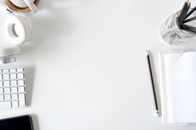 Draufsicht des schreibtischs mit bürogerät und kopienraum