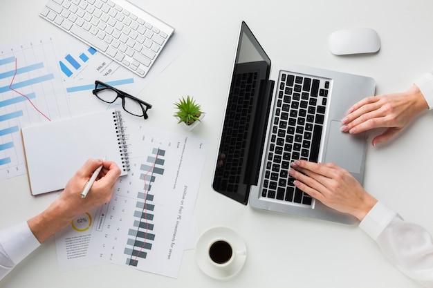 Draufsicht des schreibtischs mit laptop und notizbuch