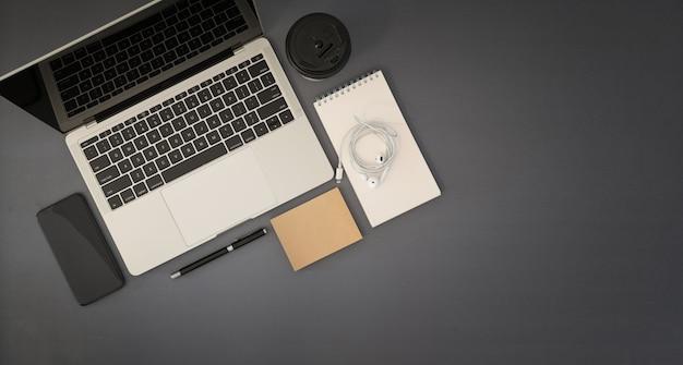 Draufsicht des schreibtischs mit laptop
