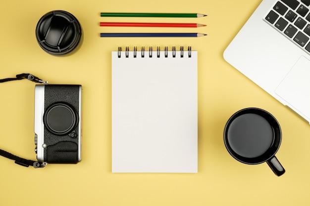 Draufsicht des schreibtischs mit versorgungen