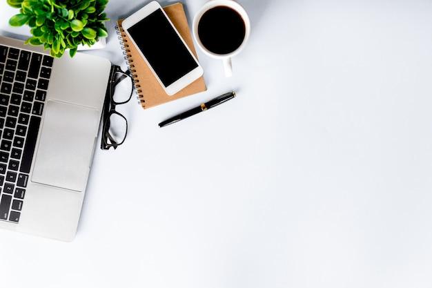 Draufsicht des schreibtischs modern mit arbeitsplatz im büro mit kopienraum