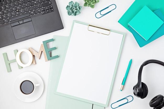 Draufsicht des schreibtischs. tisch mit laptop, konferenzlautsprecher und büromaterial. flacher heimarbeitsplatz, fernarbeit, fernunterricht, videokonferenz, anrufkonzept