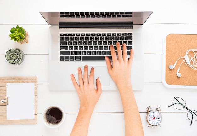 Draufsicht des schreibtischs während der arbeit