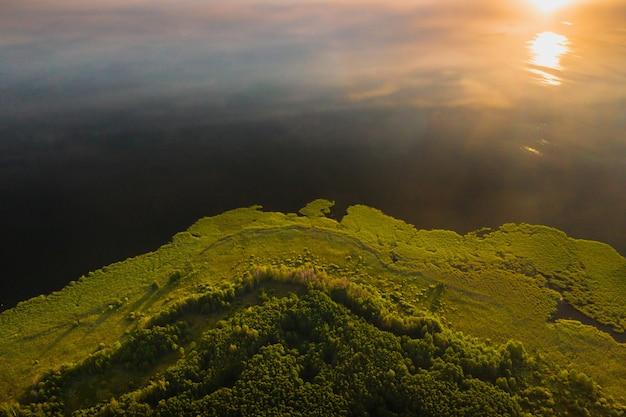 Draufsicht des sees drivyaty im wald im nationalpark braslav seen bei sonnenuntergang