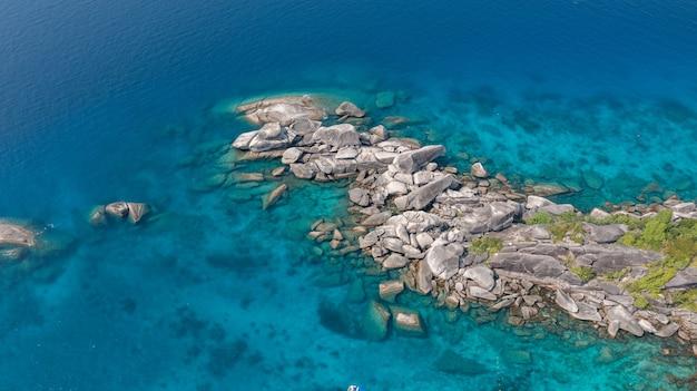 Draufsicht des seichten türkisfarbenen wassers des schnellboots der andamanensee similanthailand