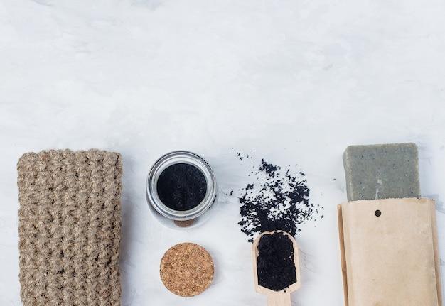 Draufsicht des selbst gemachten scheuers gemacht vom zucker und vom gemahlenen kaffee. spa, schönheitskosmetik körper conc