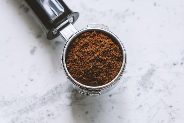 Draufsicht des siebträgers mit gemahlenem kaffee