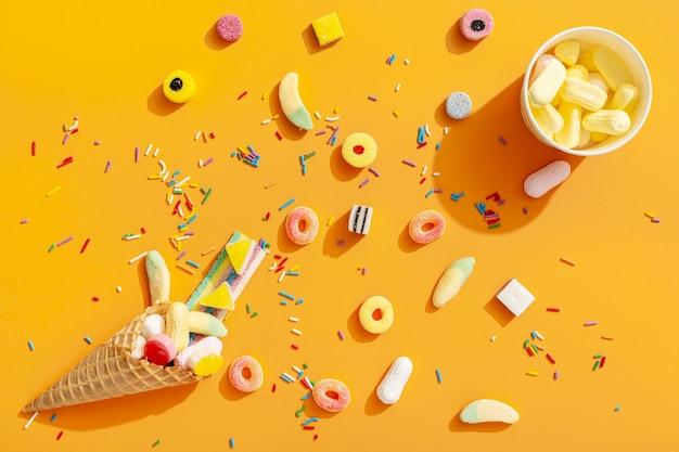 Draufsicht des sortiments der bunten süßigkeiten