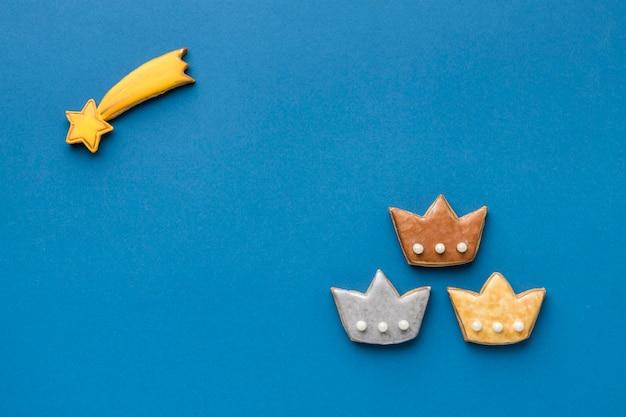 Draufsicht des sternschnuppen mit drei kronen für dreikönigstag