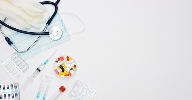 Draufsicht des stethoskops mit spritze und pillen