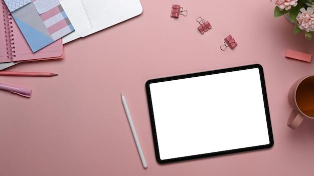 Draufsicht des stilvollen arbeitsbereichs mit digitalem tablett