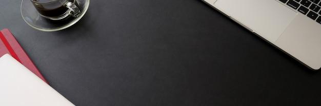 Draufsicht des stilvollen schreibtischs mit kopierraum, laptop, zubehör und kaffeetasse