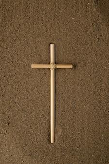 Draufsicht des stockkreuzes auf braunem sand