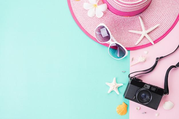Draufsicht des strandzubehörs für sommerferien- und ferienkonzept.
