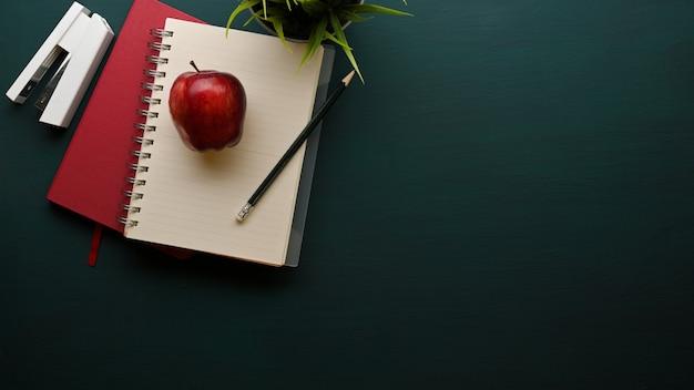 Draufsicht des studientisches mit notizbuch