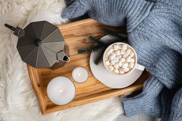 Draufsicht des tabletts mit kerzen und tasse heißem kakao mit marshmallows