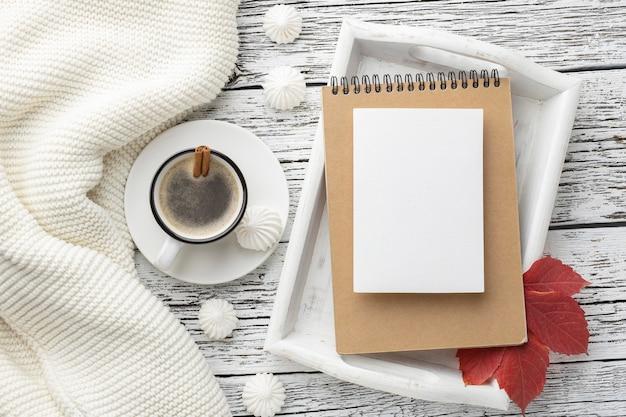 Draufsicht des tabletts mit notizbuch und tasse kaffee