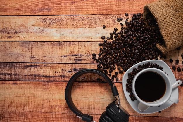 Draufsicht des tasse kaffees auf holztisch