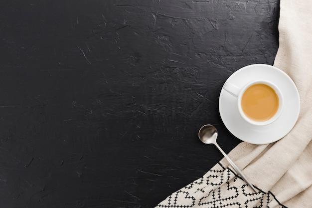 Draufsicht des tasse kaffees mit löffel