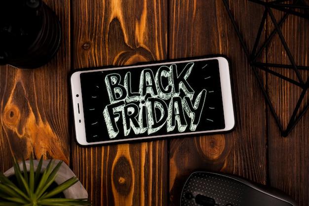 Draufsicht des telefons mit schwarzer freitag-mitteilung