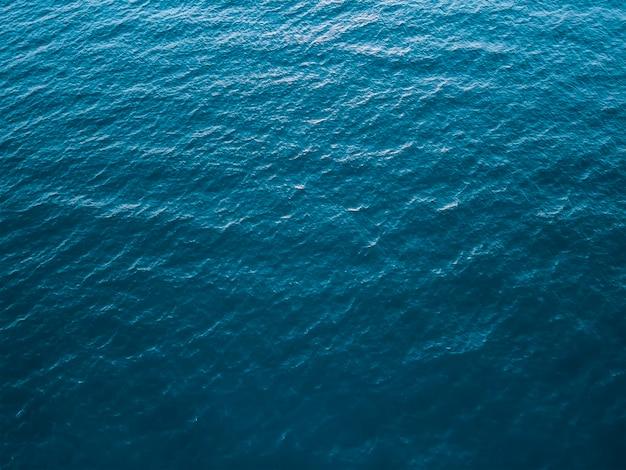 Draufsicht des tiefen kalten meeres, beschaffenheit der kleinen wellen. dunkler meerhintergrund.